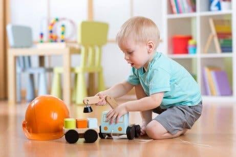 Oyuncaklarla oynayan çocuk