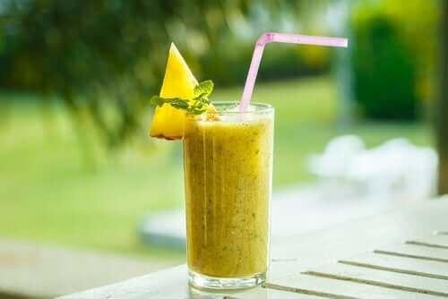 sarı renkli smoothie
