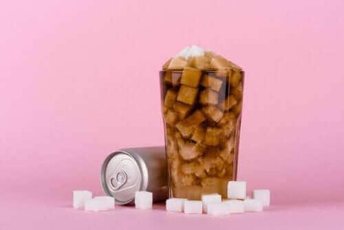 Alkolsüz içeceklerde ne kadar şeker olduğunu gösteren bir fotoğraf.