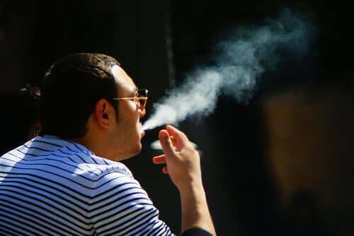 sigara içen adam