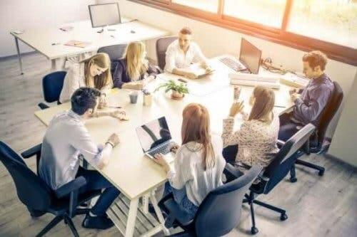 Toplantı yapan çalışanlar.