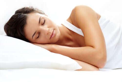 dinlendirici uyku çeken kadın