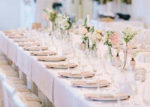 Bir düğünde davetliler için hazırlanmış yemek masası.