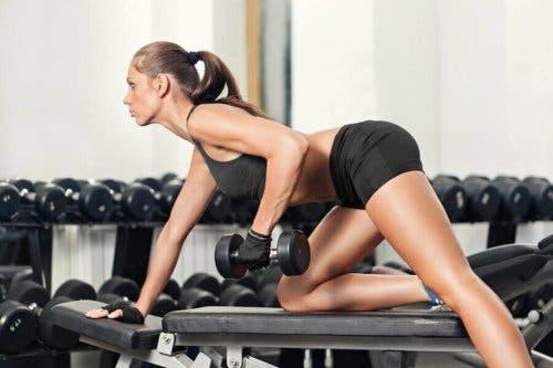 ağırlık antrenmanı spor salonu kadın