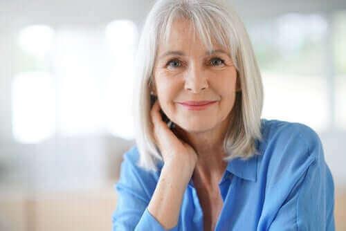 beyaz saç mutlu kadın