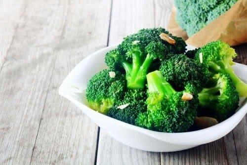 Bir kase brokoli.