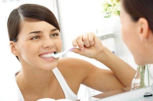 dişlerini fırçalayan kadın