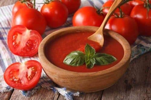 kesilmiş domates ve sebze çorbası