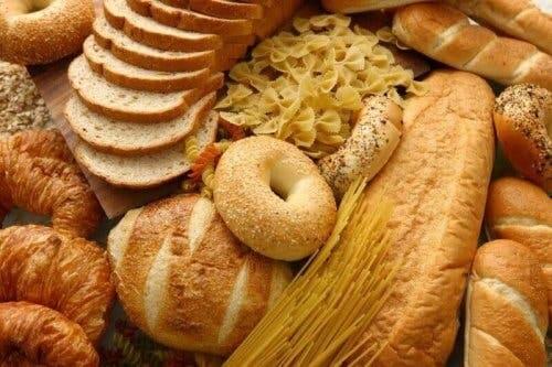 Çeşitli ekmekler ve makarna.