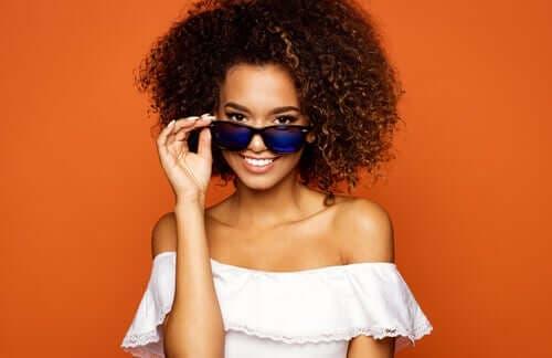 Güneş gözlüğü takan bir kadın.