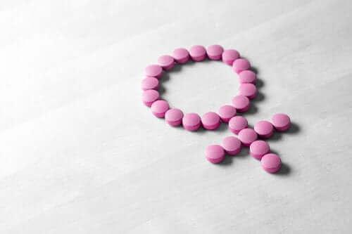 Kadın sembolü şeklinde dizilmiş hormon ilaçları.