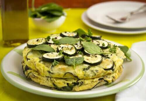Bir tabak kabaklı omlet.