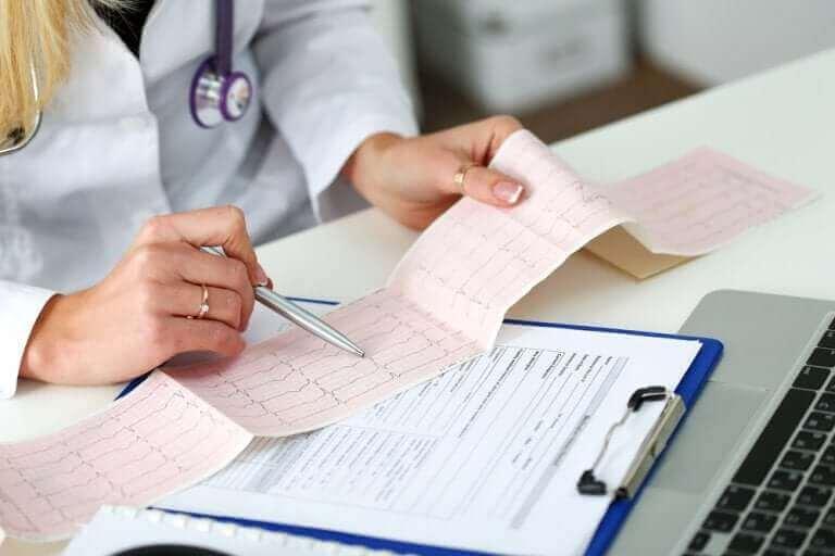 Kalp ritim sonucunu kontrol eden doktor
