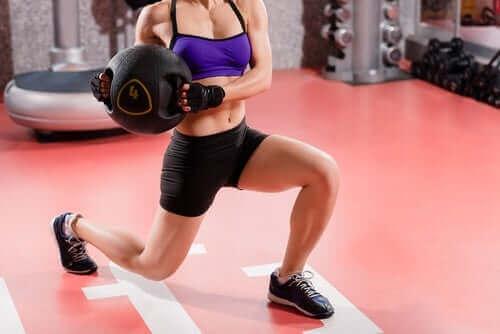 Kaslarının gelişmesi için spor yapan bir kadın.