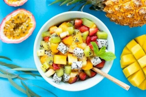 Yabani Otlarla Yapılan 6 Leziz Meyve Salatası Tarifi