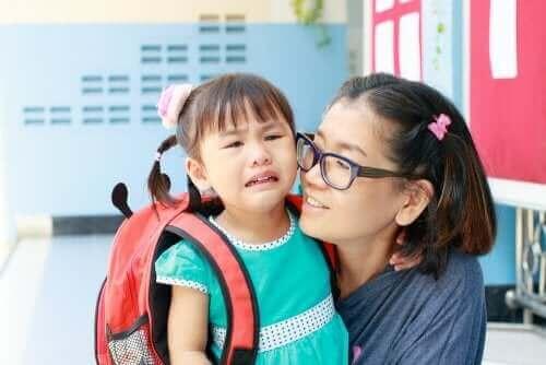 Okulun ilk gününde ağlayan bir kız çocuğu.