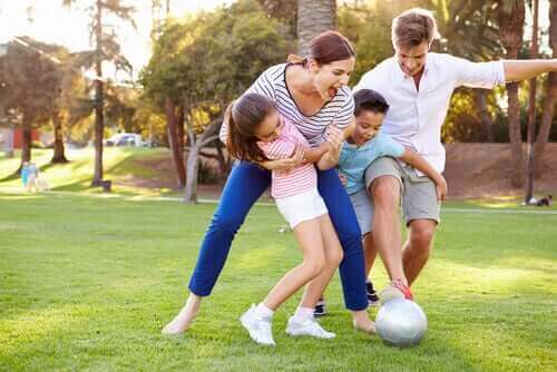 Birlikte oyun oynayan bir aile.
