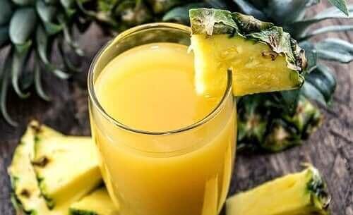 Papaya, ananas ve portakallı smoothie.