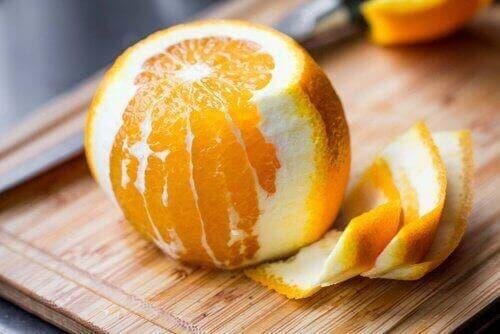 Yarısı soyulmuş bir portakal.