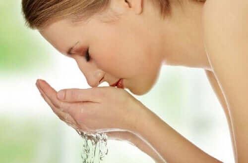 Yüzünü yıkayan bir kadın.
