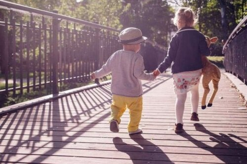 yürüyen çocuklar