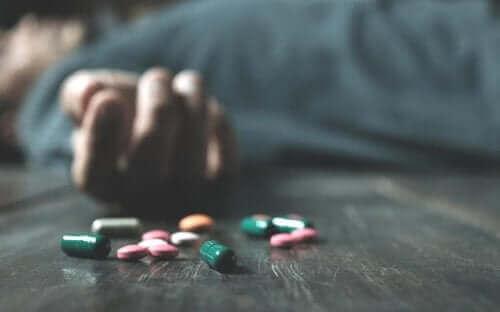 Aşırı doz ilaç almış bir kişi.