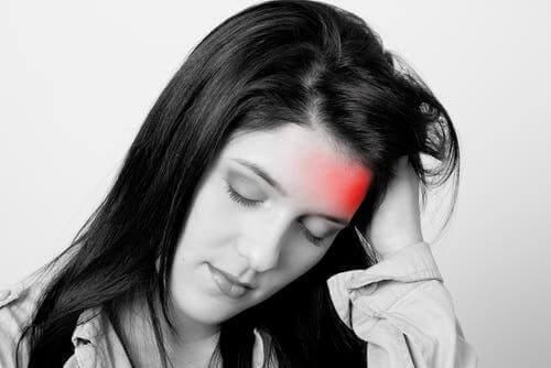 Baş ağrısı yaşayan bir kadın.