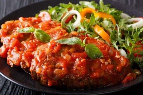 Biftek Napoliten, napoliten sosla, yani domates sosu ile servis edilir.
