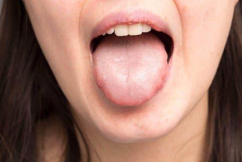 Dilini gösteren bir kadın.