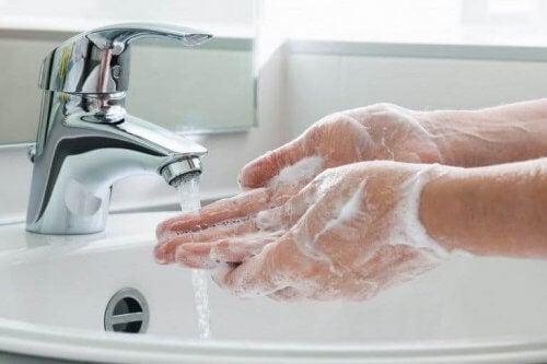Ellerini yıkayan bir kişi.