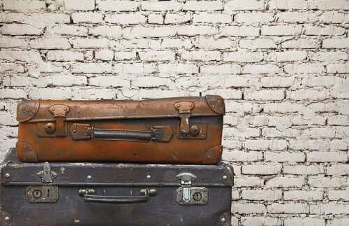 Çevre dostu dekorasyon olarak kullanılan eski valizler.