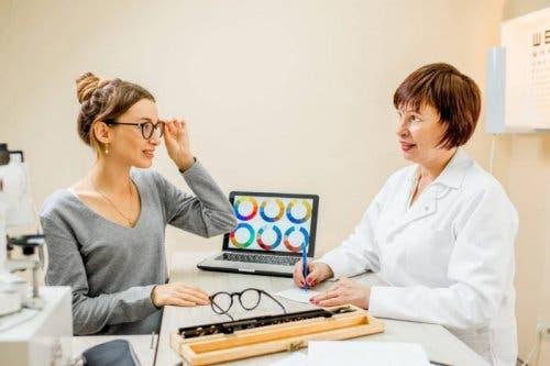 Gözlük almakta olan bir kadın.