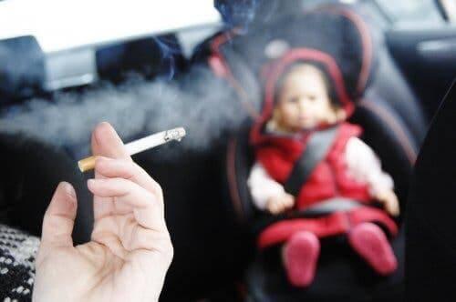 İkinci el sigara dumanı soluyan bir bebek.