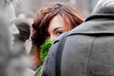 sosyal kaygı yaşayan kadın