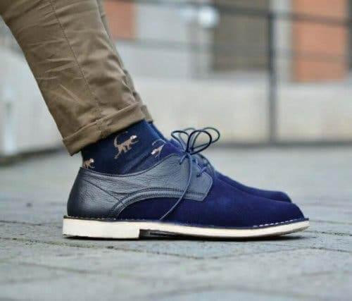 Mavi ayakkabılar giymiş bir adam.