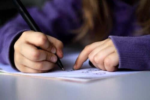 Mektup yazan bir kişi.