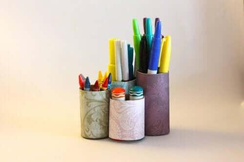 Metal kutularla yapılmış kalemlikler.