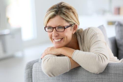 Mutlu görünen bir kadın.