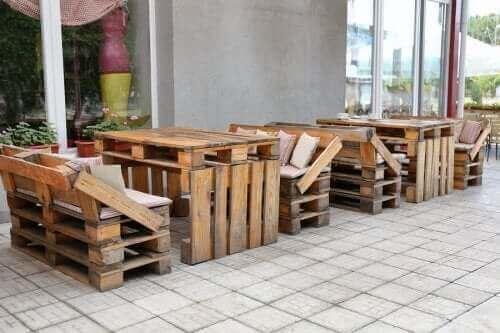 Paletlerden yapılmış mobilyalar.