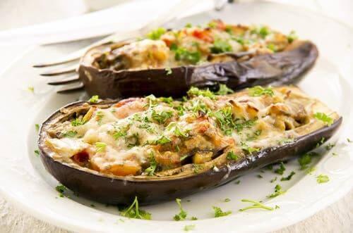 Mercimek ve patlıcanla yapılmış bir yemek.