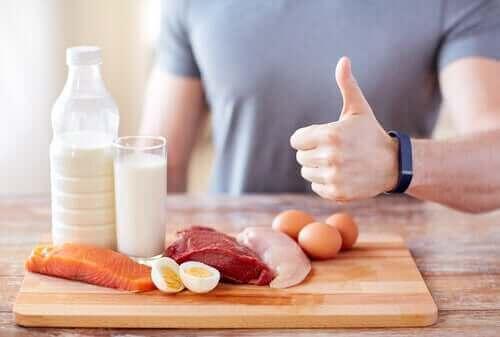 Protein kaynaklarını gösteren bir adam.