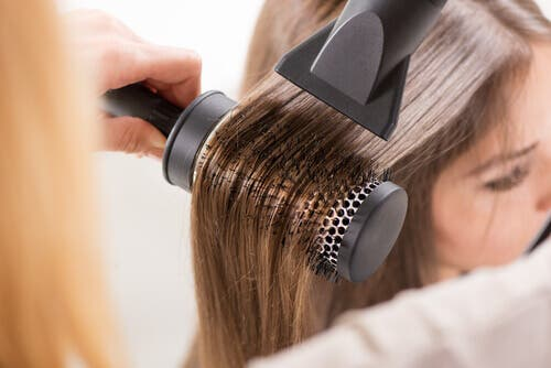 Saçı düzleştirilen bir kadın.