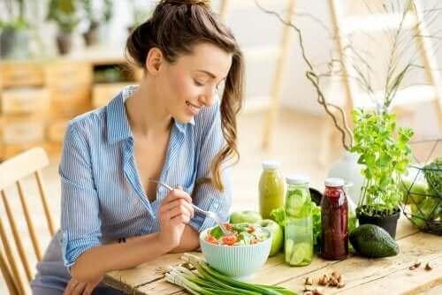 Salata yiyen bir kadın.
