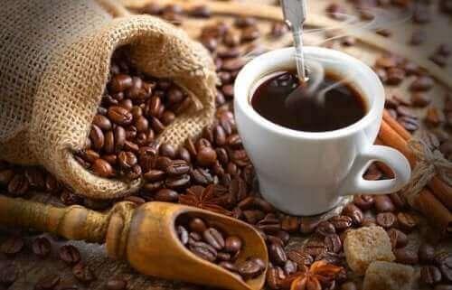 Bir fincan kehve ve kahve çekirdekleri