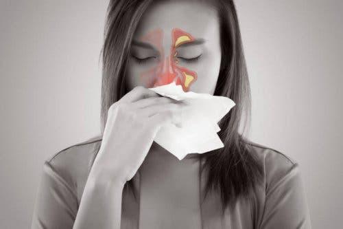 Sinüs ağrısı yaşayan bir kadın.