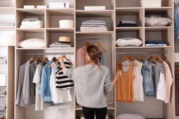 Kıyafetlerinizin Dolabınızda Birikmesini Engellemek İçin İpuçları