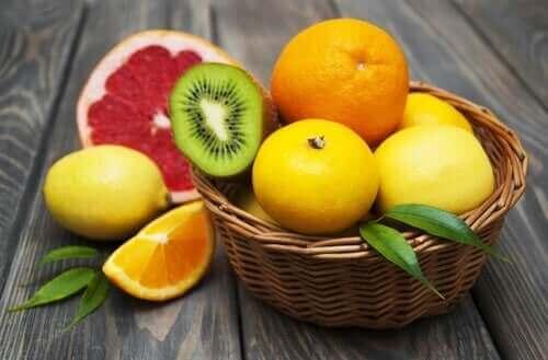 Turunçgiller C vitamini bakımından zengindir ve demir eksikliği anemisi diyeti sırasında demir emilimini desteklerler.