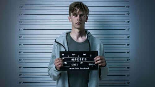 Tutuklanan bir kişi.