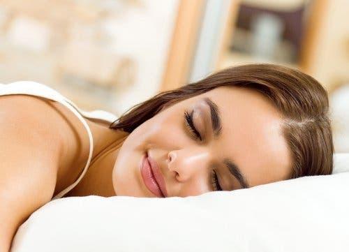 Uyuyan bir kadın.