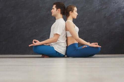 Çift yogası bu pozda nefes alıp-verme ritminizi uyumlar.